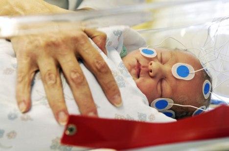 Electro-encéphalogramme-sur-un-nouveau-né-destiné-à-tester-ce-quil-a-appris-in-utero.-©-Veikko-Somerpuro-Université-dHelsinki